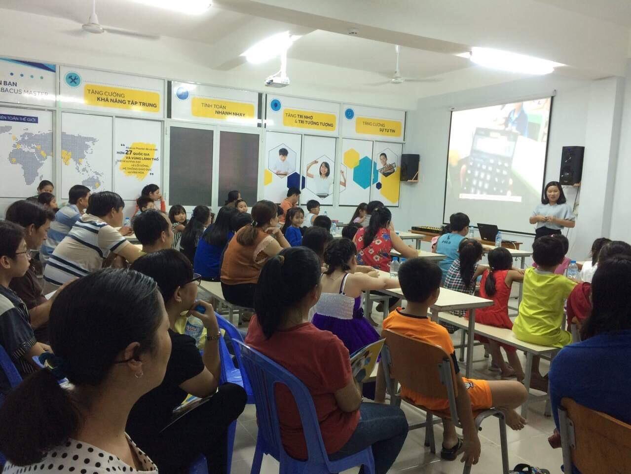 Hình ảnh phụ huynh tham gia lớp học trải nghiệm miễn phí